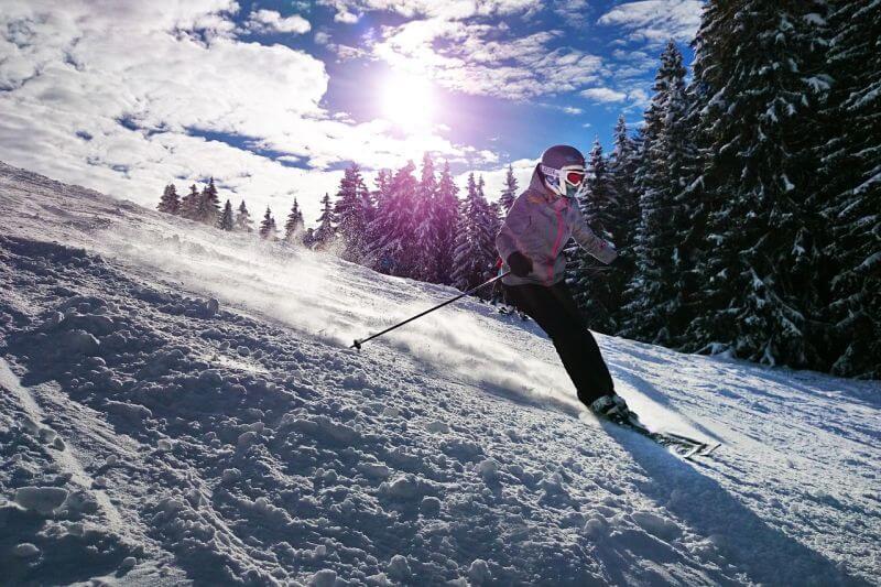 Sezóna zimných lyžovačiek je tu. Tieto veci si rozhodne na hory nezabudnite zbaliť