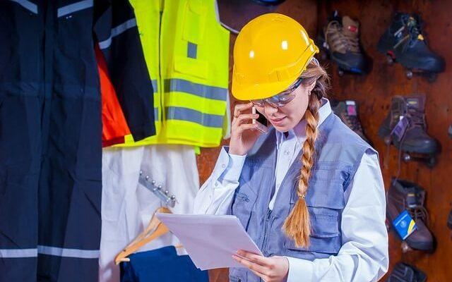 Montérky ako ideálne pracovné oblečenie v zamestnaní i doma