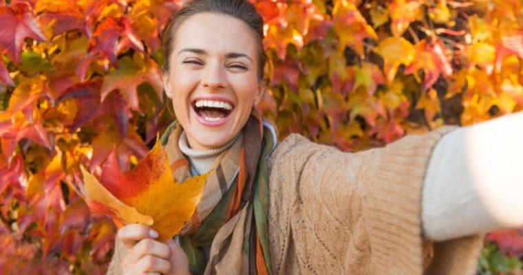 Jesenné kombinácie dámskeho oblečenia a šperkov, v ktorých zažiarite