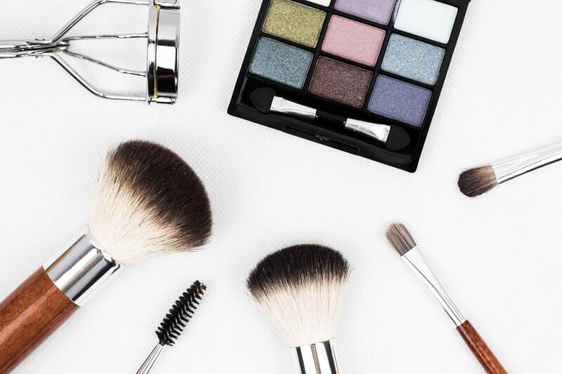 Správne čistenie kozmetických štetcov vás zbaví vyrážok a kožných nepríjemností
