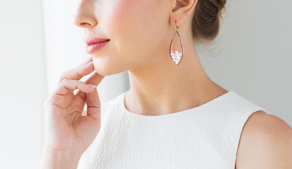 Šperky, ktoré sa vám budú dobre kombinovať k jarným outfitom